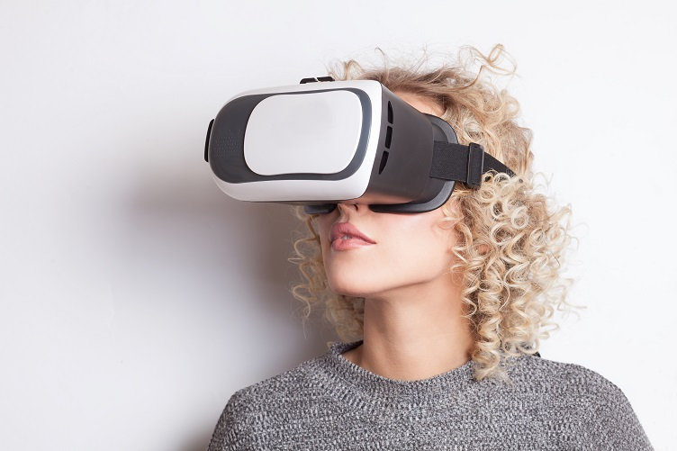 A Buyer Discovering 3D Models of Garments in Virtual Reality